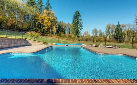 Stunning foothills of Mt St Helens with a pool.