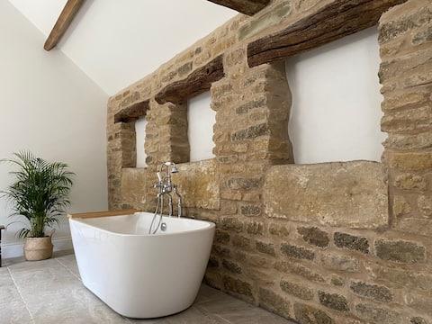 Luxury one bed cottage with log burning hot tub