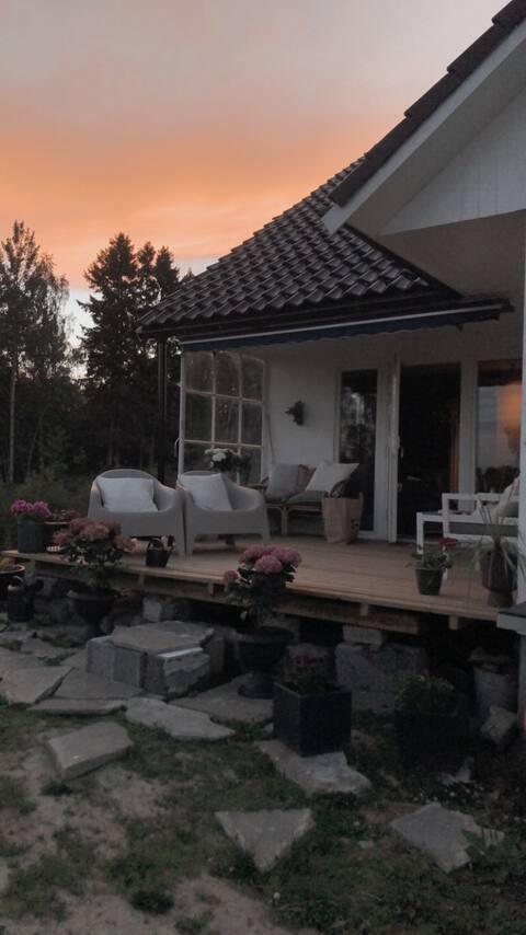 Nyoppusset hus med koselig uteområde