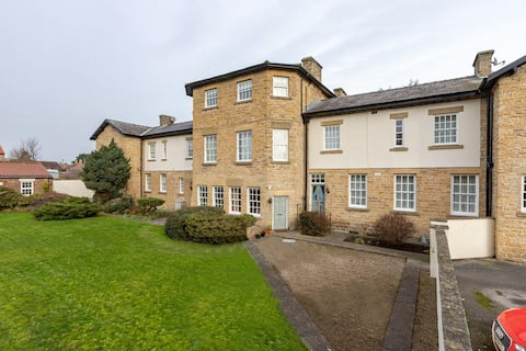 Stylish ground floor apt. Garden, WiFi, king bed