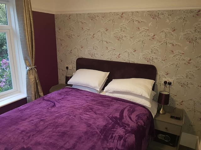 bedroom with kingsize bed