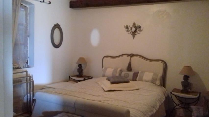 Grande chambre  avec 2 lits de 90 ainsi aménageables en 2 lits simples séparés ou en 1 lit double de 180 m de large.