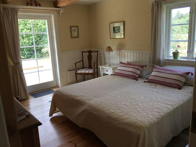 Det gule værelse med nye senge, stole, bord og klædeskab samt udgang til terrassen.