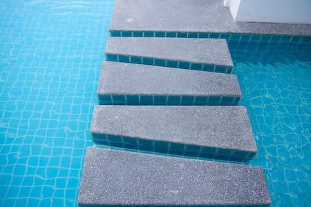 Pool med hiss