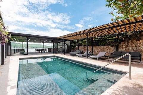 プールとジャグジーを備えた新しい湖畔の家