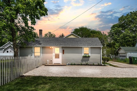 Just renovated colorful cottage in Uptown Maumee!