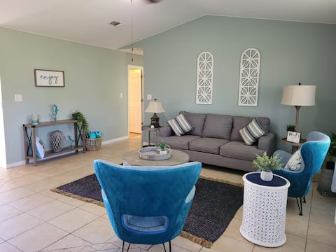 Comfy 3 Bdrm Cottage less than 2 miles from Beach