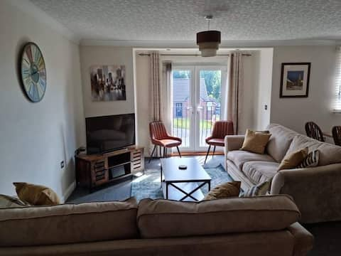 Lovely 2 double bedroom apartment free parking