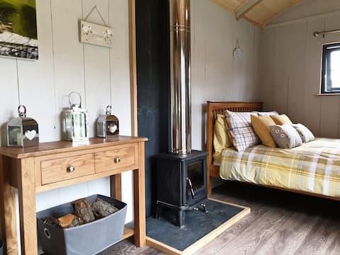 Cosy 1 bedroom Shepherd's hut with indoor fire