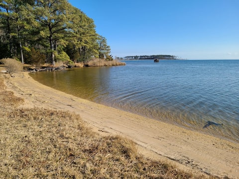 Spacious and peaceful w/ private beach & boat ramp