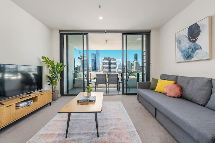 Comfy furnishings & uninterrupted views of the city, river and mountains! That is a 4K Smart TV with Netflix + the sofa bed opens up to become the size of a queen bed