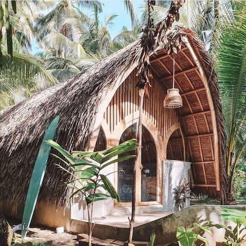 Noabangka. Tropical hut in the heart of Pagubangan