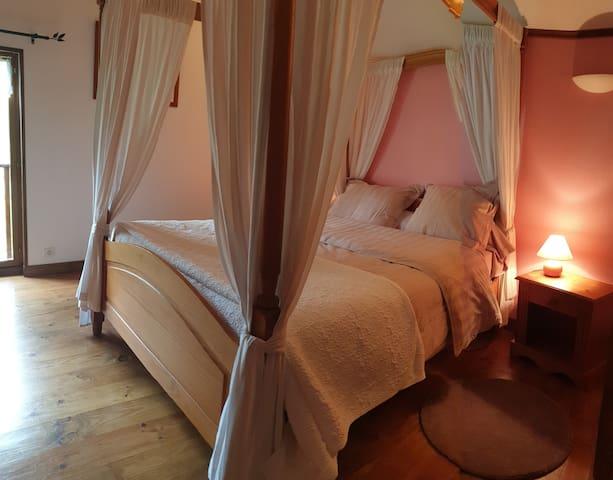 Chambre parentale avec son lit baldaquin