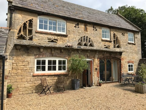 Halliday's Folly - Spacious Cottage with parking