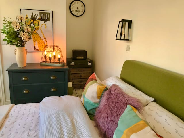 With a 50's style retro KING size bed, crisp white walls and an eclectic mix of vintage and contemporary accessories - the room will feel warm and inviting to the most discerning amongst you.