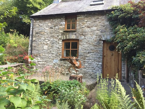 Woodcutter's Cottage - Magical riverside location