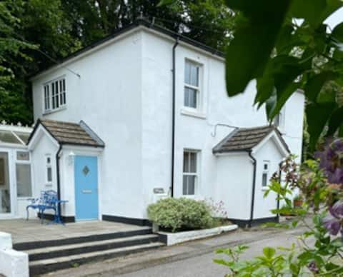 Sussex Cottage: 2-bed tranquility by the Canal