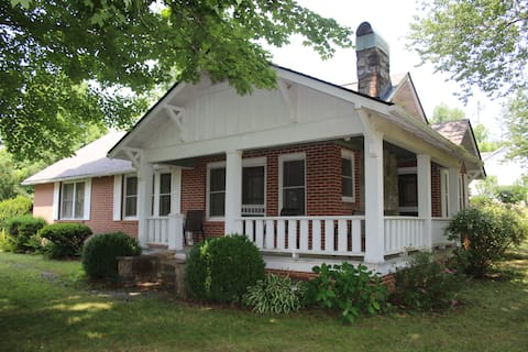 Cheerful 2-bedroom house close to Pisgah & Dupont