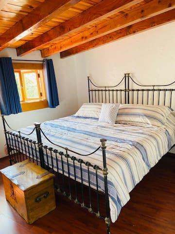 La recámara principal con cama king