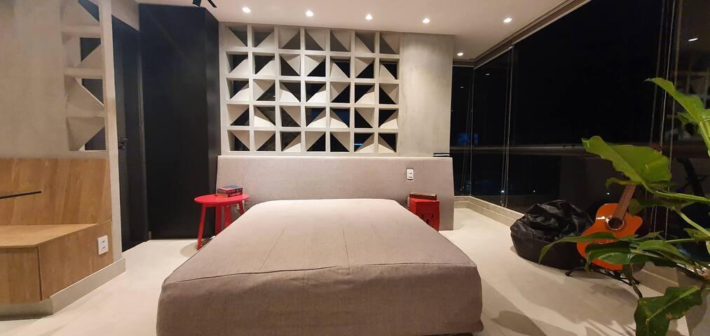 Em detalhe, cama com cobogó, garantindo iluminação e ventilação natural.