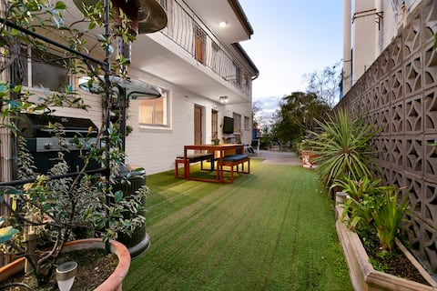 Botanical Courtyard- Vogue Apartment St Kilda East