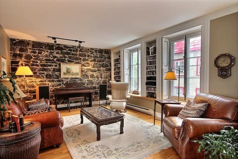 Bright 1846 Character home near Old Town (1700 sf)