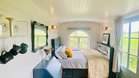 ♡ The Hut - Clean & Modern Shepherds Hut ♡