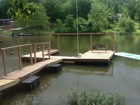 Cheerful 1-Bedroom Cottage with a private dock.