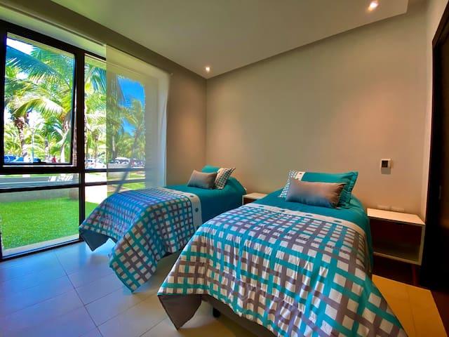 La tercera habitación cuenta con 2 camas individuales que juntándolas se arma una cama King Size, amplio closet y comparte un baño completo con la cuarta habitación.
