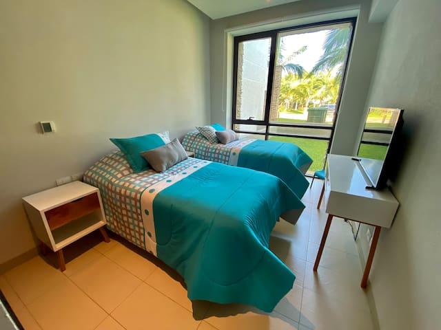 La cuarta habitación cuenta con 2 camas individuales que juntándolas se arma una cama King Size, amplio closet y comparte un baño completo con la tercera habitación.