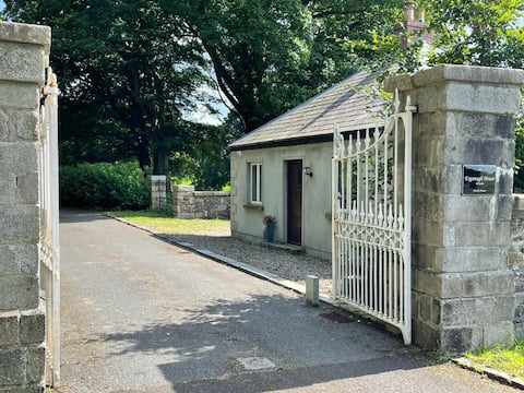Charming Traditional Gate Lodge near Gortin Glen