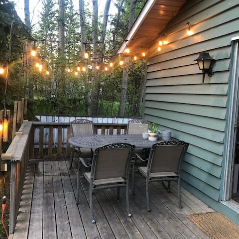 Cheerful, newly-renovated 2-bedroom cabin