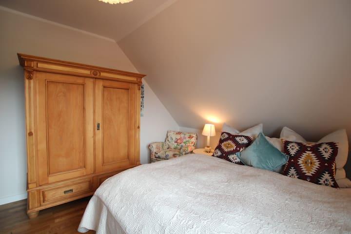 Schlafzimmer mit Doppelbett (1,80m)