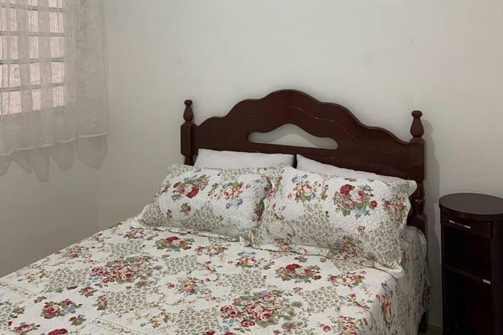 Segundo Quarto - 1 cama de casal, cabideiro, espelho na parede, rack e criado.