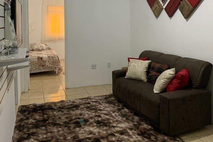 Sala - TV smart com Wifi, 2 sofás e roteador de internet 100MB
