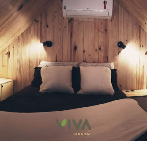 Mezanino com a cama de casal e armários.