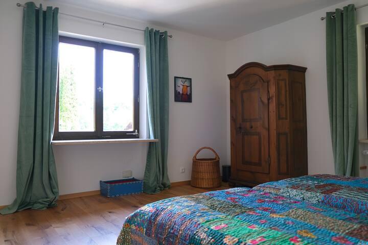 Das grüne Schlafzimmer bietet zwei Einzelbetten, die man nach Belieben zusammenschieben oder auch einzeln stellen kann. Im antiken Bauernschrank bringt Ihr während Eures Aufenthalts gut Eure Sachen unter!