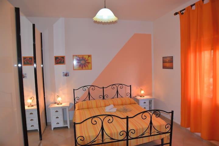 camera arancio con bagno interno