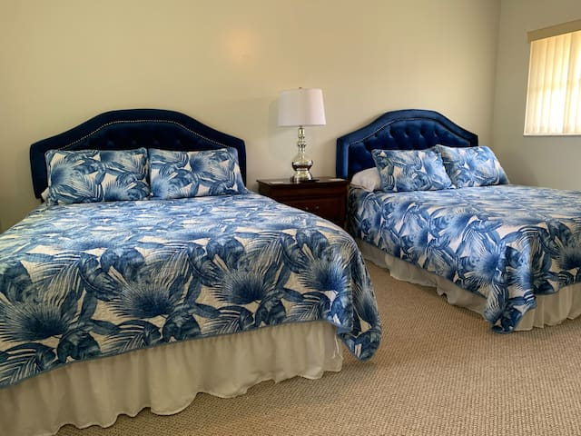 Blue Room: 2 Comfortable Queen Beds. 100% Tommy Bahama cotton bedding. 50 inch Smart TV. Blackout curtains. Walk-in closet.