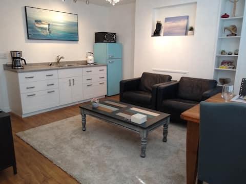 Cozy one bedroom suite, short walk to the beach