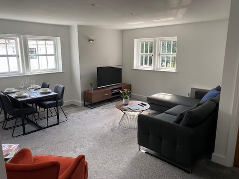 Stylish 2 bed Apt. in the heart of Worsley Village