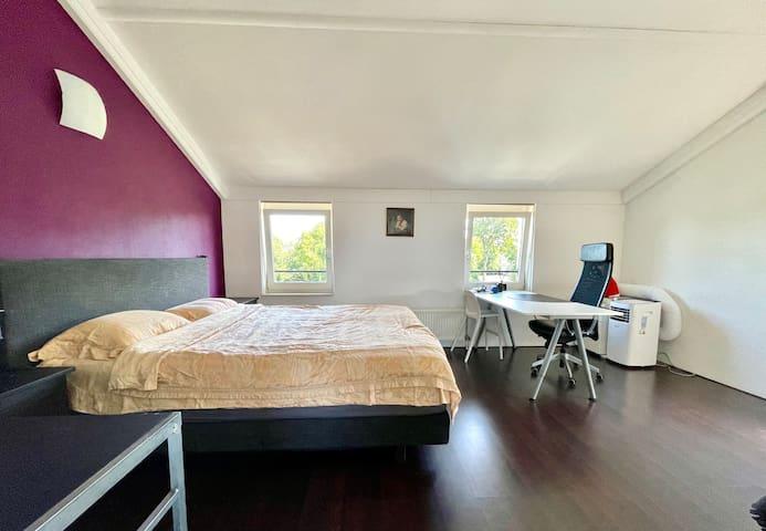 slaap kamer met tweepersoonsbed (200x180), en een werkplek, een mobiel airco.
