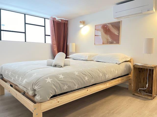 MEZZANINE - Chambre 1 Composée d'un lit double (140), de la climatisation fixe (silencieuse), d'une penderie avec cintres, de deux tables de chevets avec lampes de chevets