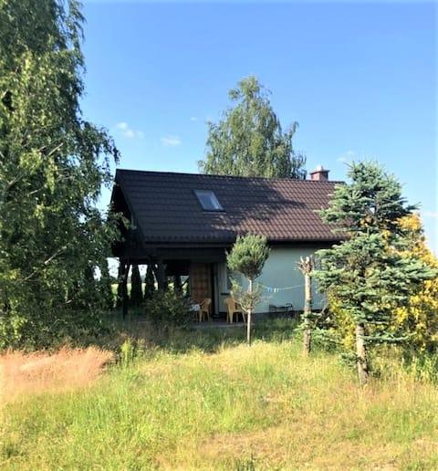 Uroczy domek na wsi niedaleko jeziora