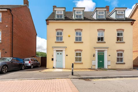 Modern 4 Bedroom Townhouse with Private Parking