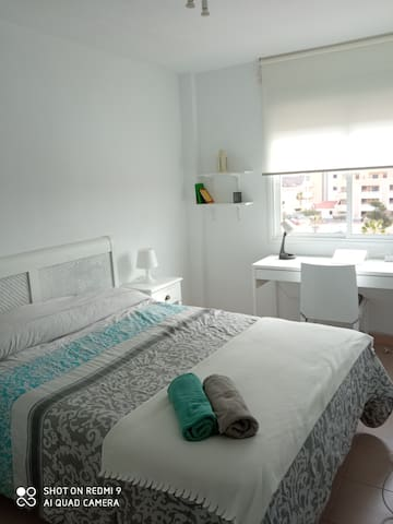 Dormitorio 1 con cama 150 x 190 y escritorio de 140 con vistas a piscina y al mar. TV de 32 pulgadas.