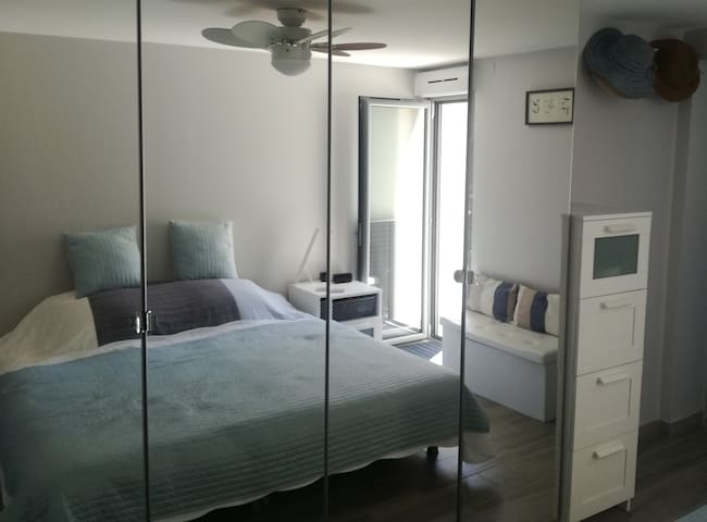 Les armoires à glace modernes améliorent la lumière et la sensation d'espace. Dans cette chambre, vous pouvez profiter d'un café matinal au lit tout en regardant la mer.