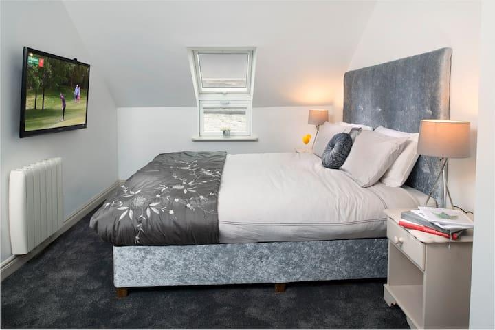 Main bedroom- superking bed with en-suite bathroom and sky tv.