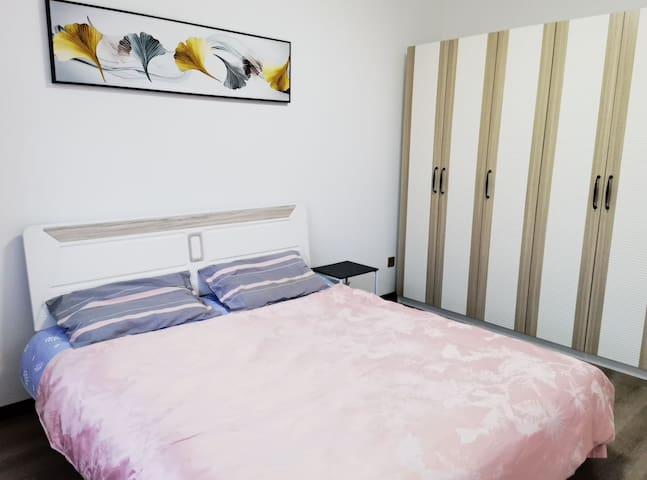 主卧卧室采光极佳,室内简约时尚,房间内有静音空调,床品纯棉舒服!