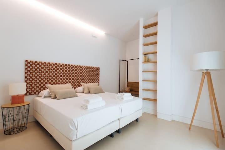 Dormitorio equipado con dos camas individuales.